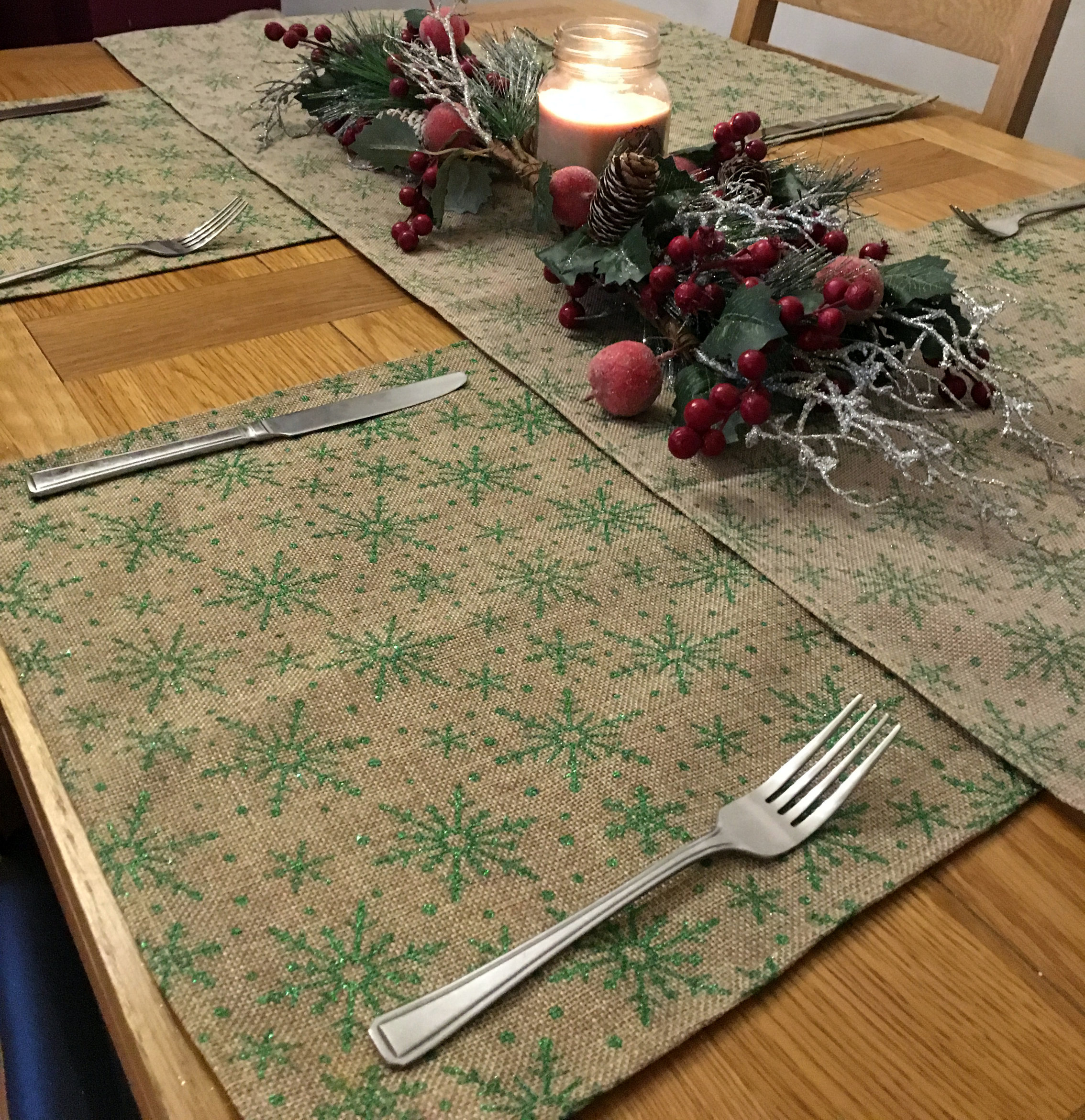 5-Piece-Christmas-Snowflake-Dinner-Table-Place-Mats-And-Runner-Set-Green-Red thumbnail 7